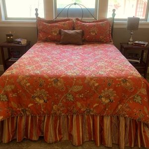 Like New QUEEN bedding set and drapery panels.